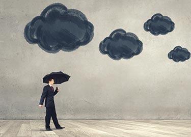 Molning dag - man går med paraply