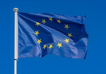 EU flaggan på blå himmel