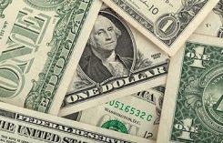 Flera dollar sedlar i en hög