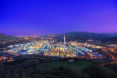 Industriell fabrik på natten