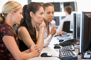 Kvinnliga daytraders kollar på skärmen