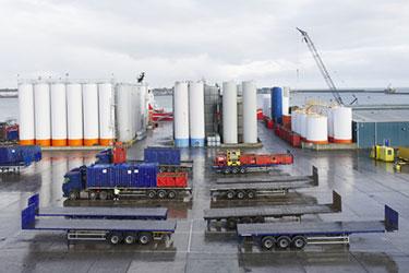 lastbilar som hämtar olja