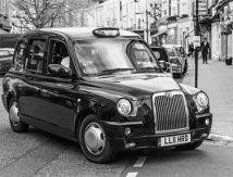 London: En svart taxi i svartvitt