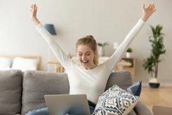 Lycklig tjej som handlar aktier hemifrån