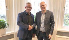 Mattias Kaneteg skakar hand med Christer Jacobsson