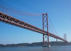 Röd bro som Golden Gate i Lissabon