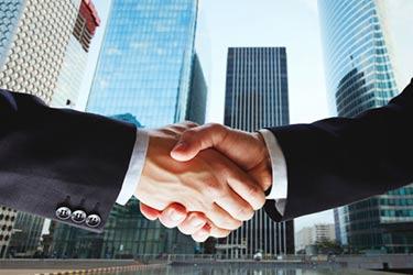 Två stora investerare skakar hand