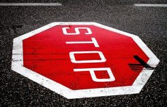 Stopp skylt på gatan