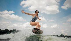 Surftjej tar risk med hopp trots höga vågor