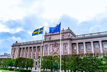 Svensk flagga över riksdagen
