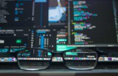 Trading skärm med glasögon framför