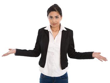 Undrande kvinna med armarna ute
