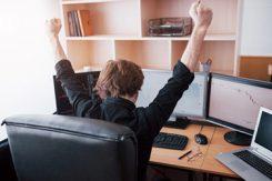 Ung svensk aktiehandlare höjer händerna efter lyckosam affär